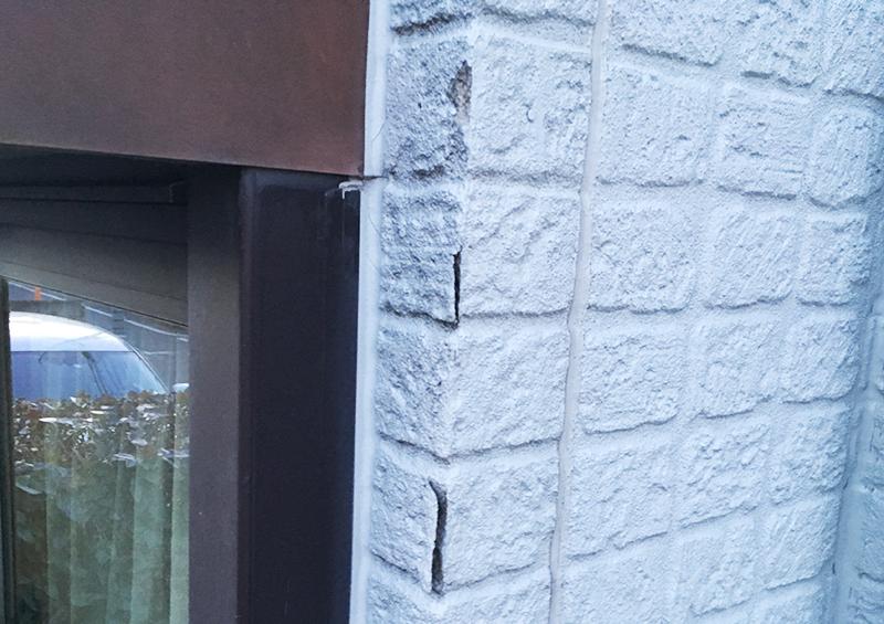 住宅 の 定期点検:雨漏れにより裏側に雨水が入り、劣化した外壁材