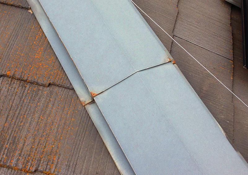 住宅 の 定期点検:退色や錆が発生し始めた屋根板金