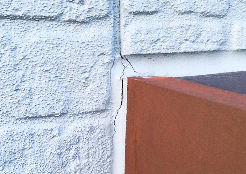 住宅 の 定期点検:劣化によりひび割れが発生し始めたコーキング